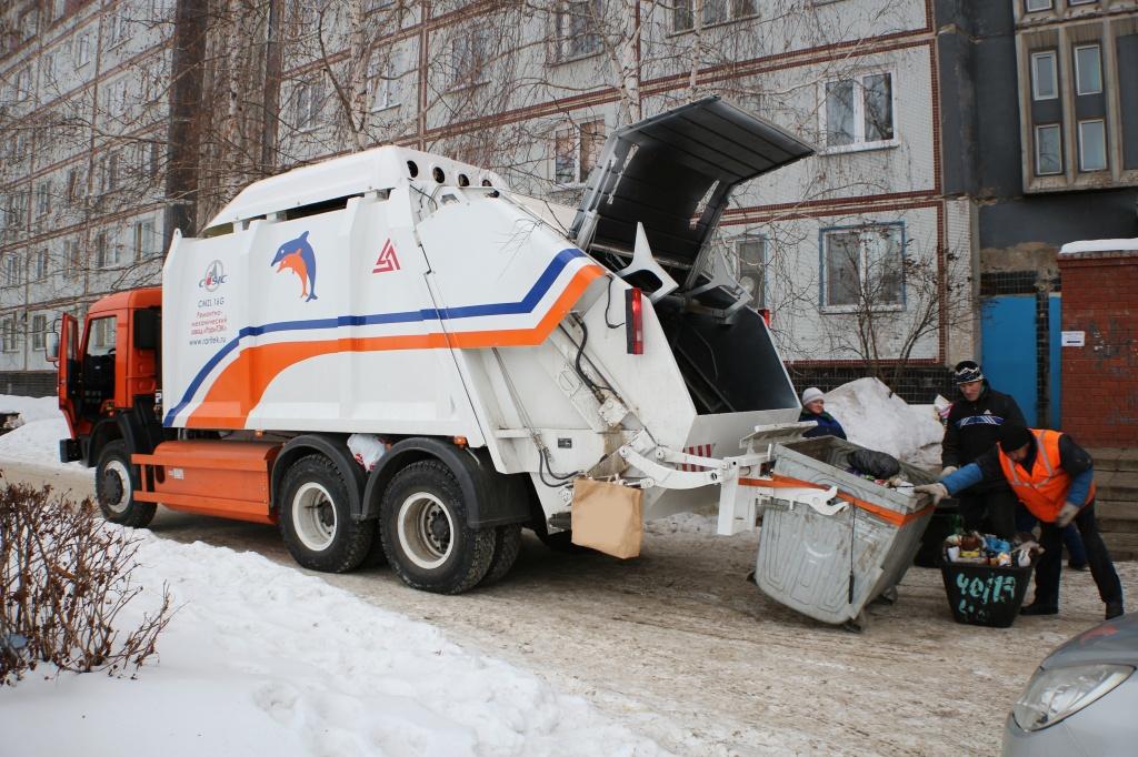 Газомоторный мусоровоз во время эксплуатации
